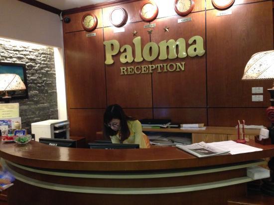 Paloma Hotel: フロント。ソファーもあっていい感じです
