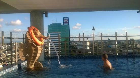 kolam renang diketinggian picture of karebosi condotel makassar rh tripadvisor com