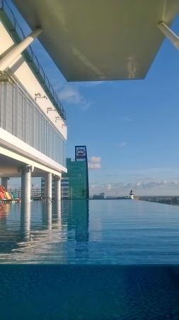 kolam renang diketinggian picture of karebosi condotel makassar rh tripadvisor co za