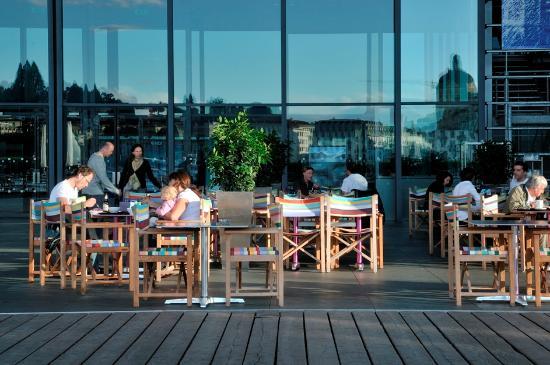 World Cafe : Im Sommer ist das World Café auch auf dem Europaplatz gestuhlt