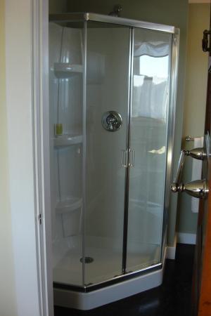 The Seafarer Inn: Long Beach room en-suite shower