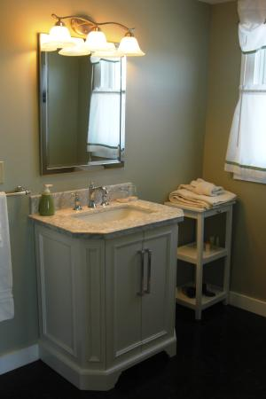 The Seafarer Inn: Long Beach room en-suite bathroom