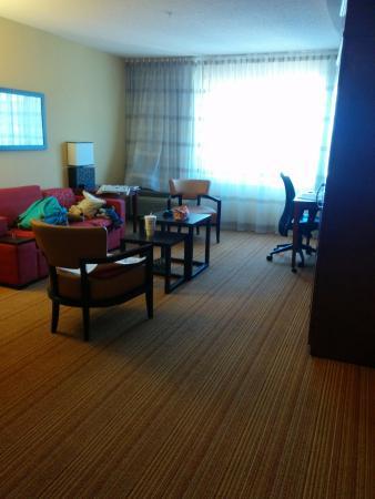 Courtyard Nashville Goodlettsville: Suite living room