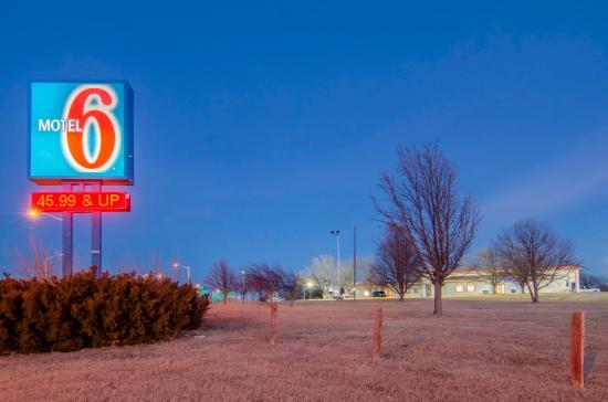 Motel 6 Pratt