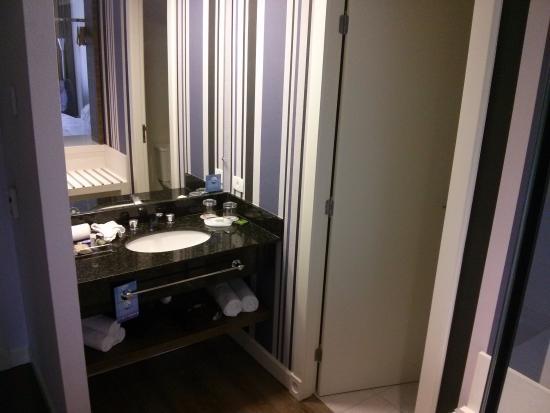 Tábua de passar roupa fica escondida atrás do espelho fotografía de Radisson -> Pia De Banheiro Do Lado De Fora