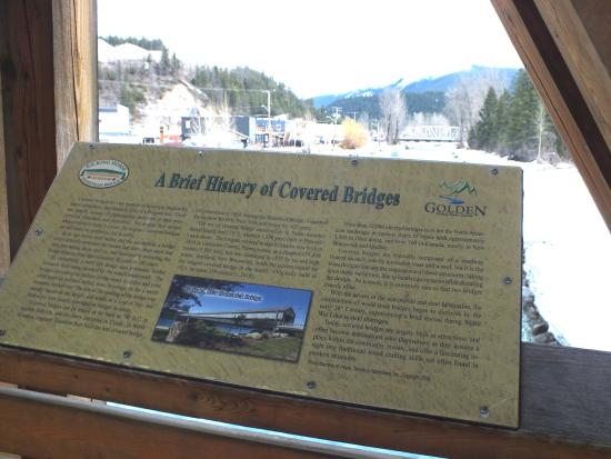Golden, Canadá: Details about the covered pedestrian bridge