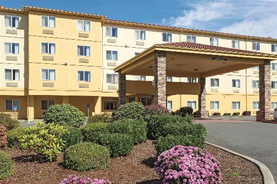 La Quinta Inn & Suites Salem: exterior