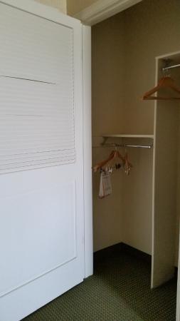 Hilton Garden Inn Roseville: Accessible room closet