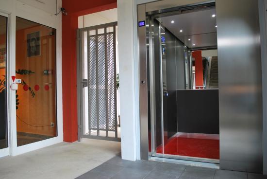 Hotel Tambourin: hall ascenseur