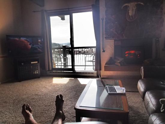 Storm Meadows Club Condominiums : Living room and balcony to ski slpoes view