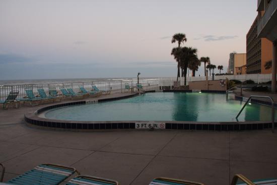 Makai Beach Lodge: Ocean front pool area at sunset