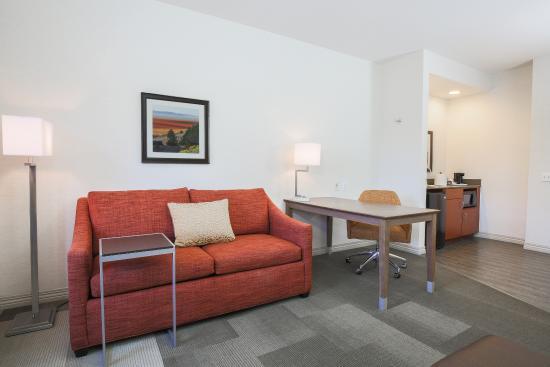 Hampton Inn & Suites Camarillo: Suite seating area