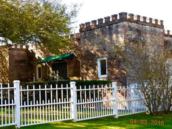 دونليث هيستوريك إن: A separate building houses the excellent Castle restaurant.