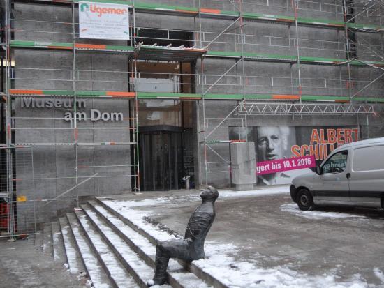 Museum am Dom Wurzburg: 手前の階段に座っているのは誰でしょう?