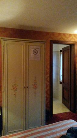 Hotel Lux: Vista dalla camera, stanza e bagno