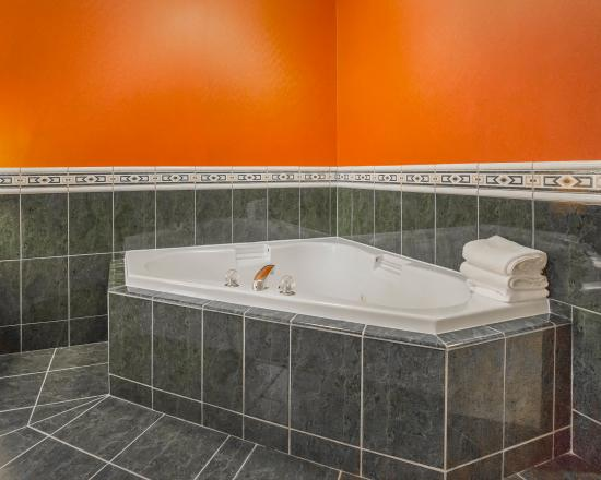Comfort Inn & Suites South: In-Room Jacuzzi