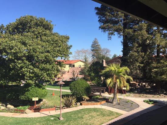 Paso Robles Inn: Central courtyard