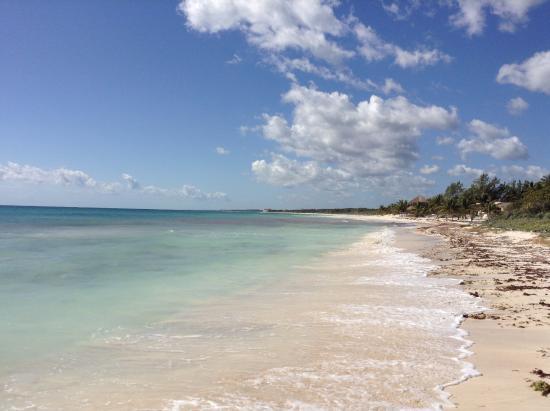 La playa caminando unos metros desde el hotel