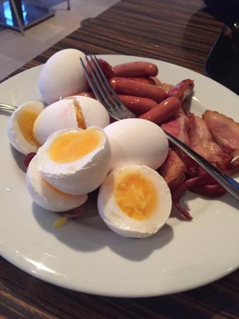 Ibis Styles Stockholm Jarva: Detta ska tydligen vara löskokta ägg.  Samma visa varje morgon tyvärr!!!