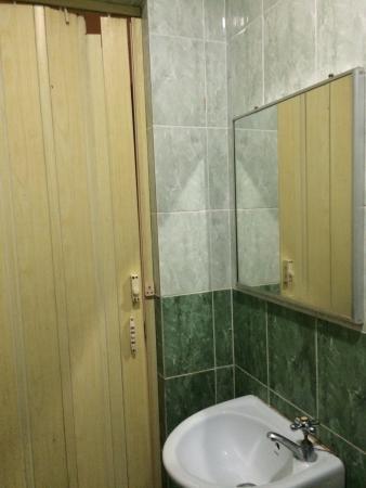 Hotel Sahara Tanjung Malim: Broken door