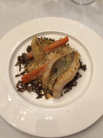 Avize, Francia: Filet de Saint-Pierre cuit meunière, riz sauvage, endive, carottes à l'anis et crème de boullaba
