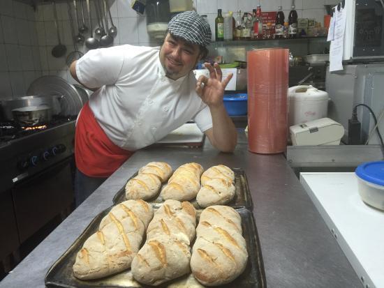 Aci Sant'Antonio, Italien: Il pane casereccio, appena sfornato! Una vera delizia, by Heritage!!!