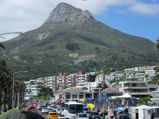 Camps Bay, Afrika Selatan: The main street with eateries and animation