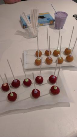 The Classic Cupcake Co.: Vanilla cakepops and red velvet cakepop
