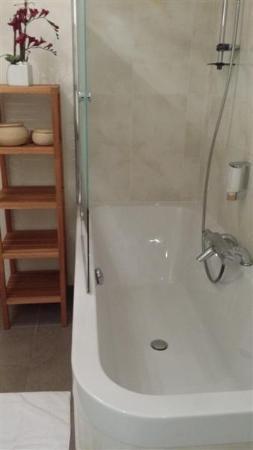 Hotel Chez Jean: Baignoire avec flacon de shmpoing fixé au mur