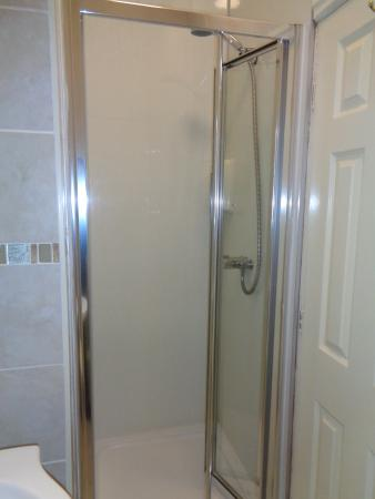 Ascot Grange Hotel: Shower room-porcelain tiles,mist free mirror