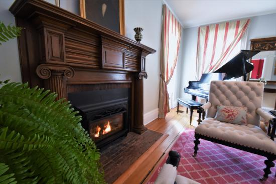 Skaneateles, Нью-Йорк: Fireplace in Piano room