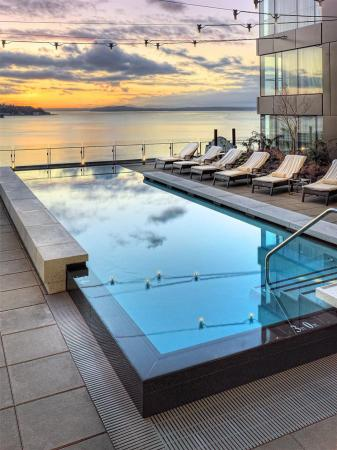 Four Seasons Hotel Seattle: Sunset from the pool deck
