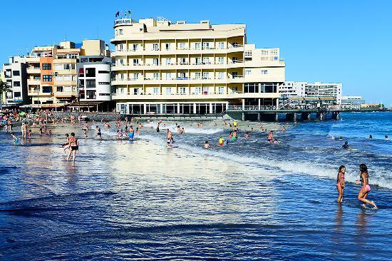 Astillero Avencio : Playa de El Médano con el Hotel de El Médano al fondo