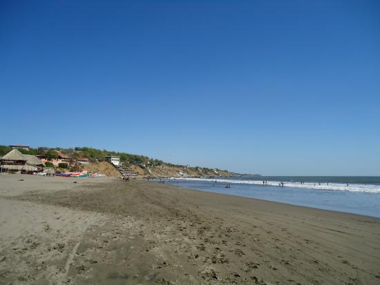 Diriamba, Nikaragua: Areias escuras, em um mar limpo e céu muito azul.