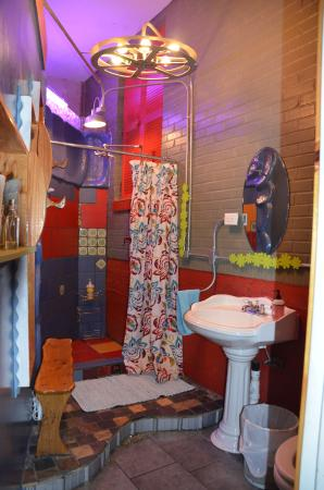 Casa Kenwood Guesthouses: Colorful bathroom with pebble work filling up tiny spaces...so many materials and textures.
