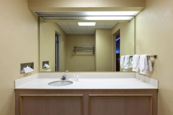 Baymont Inn & Suites Amarillo West: Bathroom 2