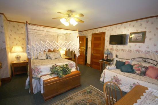 Atlantic Birches Inn: Velvet Room 2