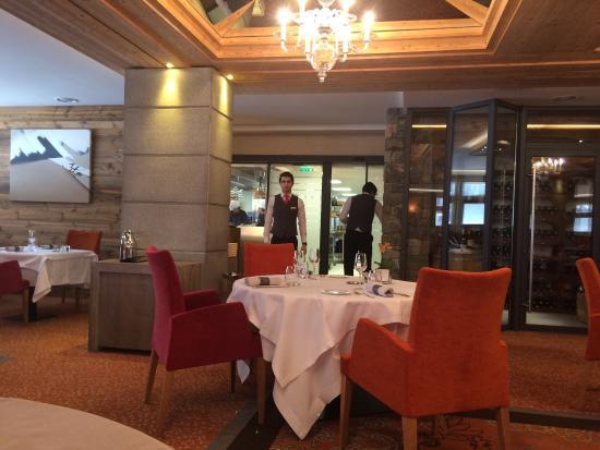 Hotel Au Coeur du Village: Salle à manger et vue de la chambre
