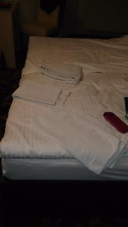 Burghotel Belzig: Zustand am zweiten Tag am Abend (Handtuchwechsel auf dem Bett))