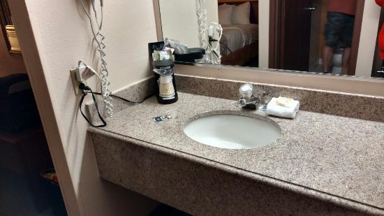 La Quinta Inn Omaha Southwest: Bed& Chair & Vanity