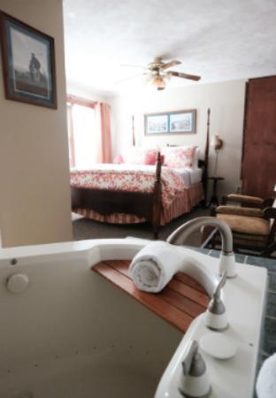 Beacon House Inn Bed & Breakfast: Whirlpool Suite