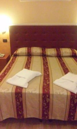 Residenza Ki Rome: O quarto que fiquei com mais 3 pessoas,havia outra cama de casal igual a essa