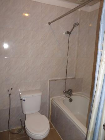 Apsara Dream Hotel: tub and shower
