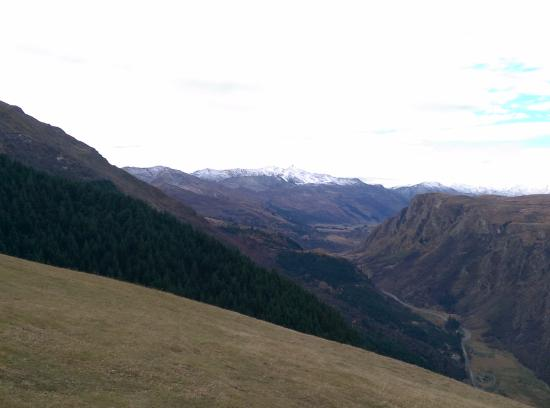 Queenstown, Nuova Zelanda: The slope where people take off for the parachute