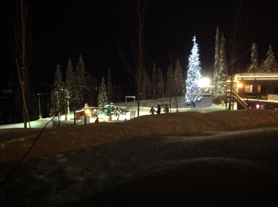 Snowbird Lodge: Pretty lights, not sure if this was night skiing...still lovely!