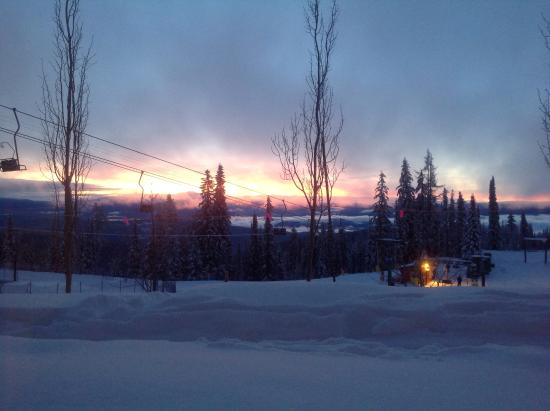 Snowbird Lodge: Beautiful sunrise while cooking breakfast