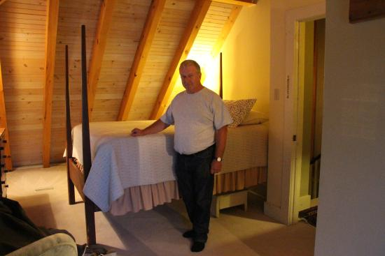 Grand Pre, Canadá: Shows how ridiculously high the bed was!