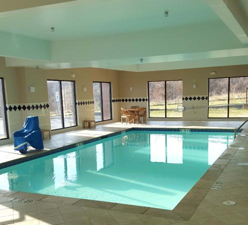 Comfort Suites Mount Juliet : The pool is much smaller than it appears.