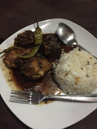 El Nido, Kalifornien: chicken adobo with garlic rice