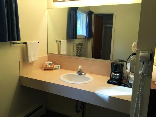 Cedar Motor Inn: Extra vanity, Room#109